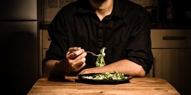 تناول الطعام وحيدا