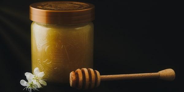 خلطة تقشير الوجه بالعسل والسكر