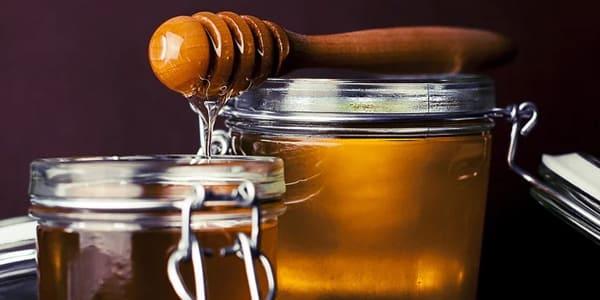ماسك العسل لتنعيم الشعر المجعد