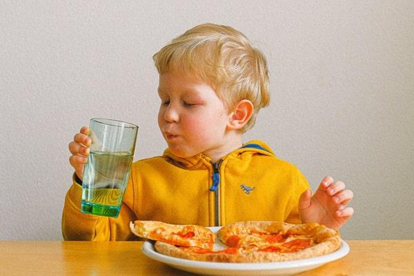 العناية ببشرة طفلك صيفا - الاهتمام بتغذية طفلك